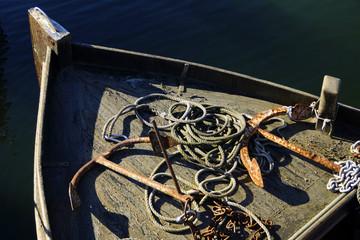 Verrostete Anker und Taue auf einem Schiff