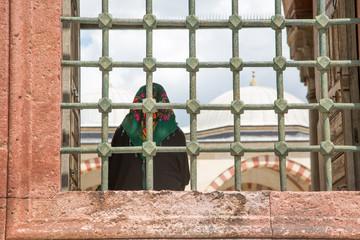 Cami avlusunda Müslüman kadın