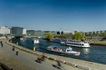Berlin, Spree mit Schiffen, Regierungsviertel