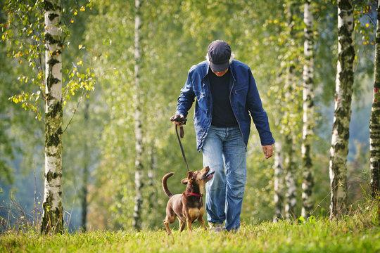 Mann mit Cap und Stöcken laufend
