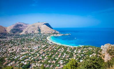 La pose en embrasure Palerme Panoramic view on Mondello beach in Palermo, Sicily.