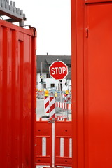 Baustellen Container mit Stoppschild und Absperrung