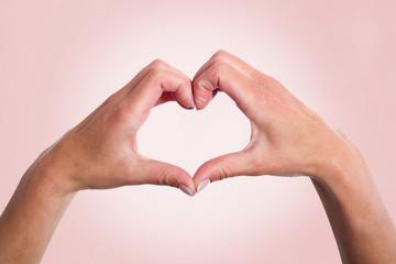 Herzenhand, Libes Symbol auf farbigen Hintergrund