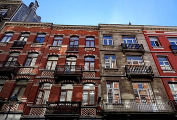 Immeubles en brique rouge anciens.