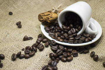 Sfondo tazzina di caffè con chicchi e canneella