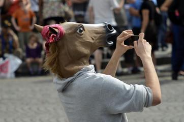 Humour homme à tete de cheval