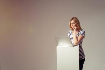 junge frau informiert sich am laptop