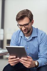 geschäftsmann liest nachrichten am tablet-pc