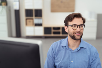 motivierter geschäftsmann im büro