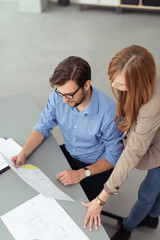 zwei mitarbeiter besprechen ein projekt