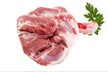 Épaule d'agneau crue sur fond blanc