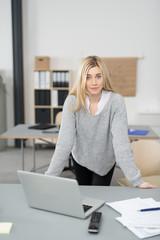 motivierte junge geschäftsfrau im büro