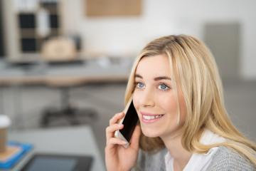 glückliche frau telefoniert mit ihrem handy