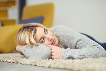 junge blonde frau genießt die stille zuhause