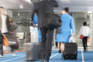 空港イメージ スーツケースを持って歩く人々 スローシャッター