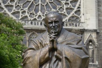 statue de Jean-Paul II devant Notre-Dame de Paris