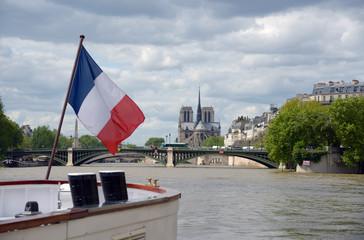Cathédrale de Notre-Dame à Paris et drapeau français
