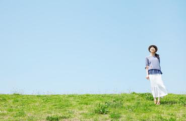 丘に立つ女性