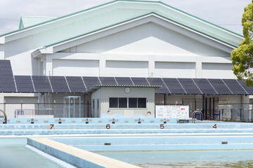 小学校の体育館とプール 屋根に設置した大型のソーラーパネル