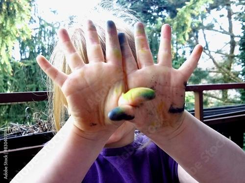 Kleines Mädchen Mit Farbigen Händen Nach Malen Stockfotos Und
