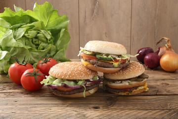 hamburger sandwich con verdure su tavolo di legno