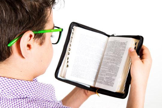 bambino legge la bibbia