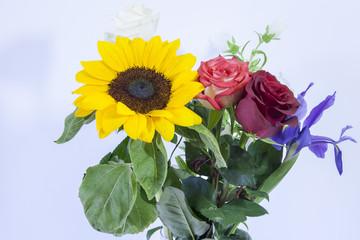 Mazzo di fiori: rose e girasole