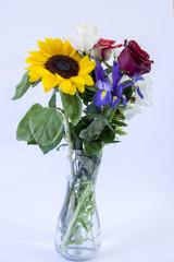 Vaso co fiori freschi tra cui rose e gigli