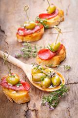 Leckere Bruschetta mit Salami und Oliven