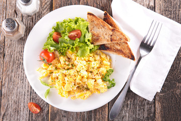 scrambled egg with salad and toast