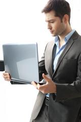 Biznesmann. Mężczyzna w garniturze pracuje z komputerem