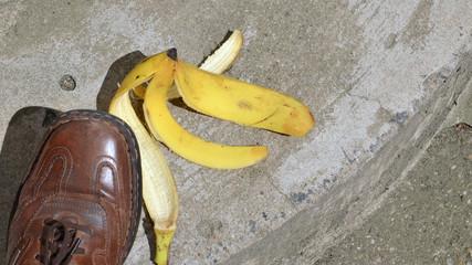 Bananenschale auf der Straße