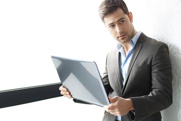 Obraz Biznes.Mężczyzna w garniturze pracuje z komputerem - fototapety do salonu