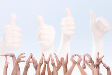 Das Wort Teamwork aus Händen vor Daumen hoch