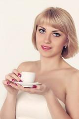 модель блондинка с чашкой кофе