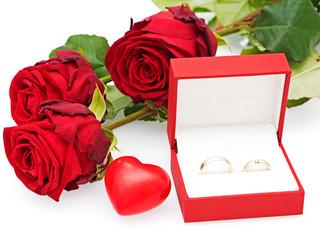 Rosen mit Herz und Eheringen