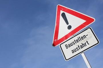 Deutsches Verkehrszeichen: Gefahrstelle - Baustellenausfahrt