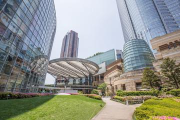 高層ビルとマンションの間にある憩いスペース(東京/六本木ヒルズ)