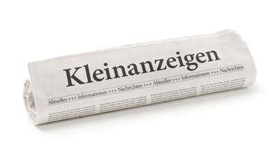 Zeitungsrolle mit der Überschrift Kleinanzeigen