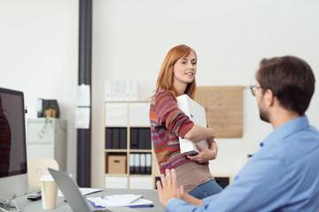 junge geschäftsleute unterhalten sich am arbeitsplatz