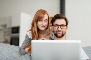 junges paar mit laptop