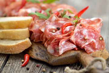 Servierbrett mit luftgetrockneter toskanischer Salami