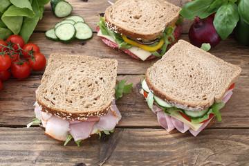 sandwich con carne e verdure sfondo legno