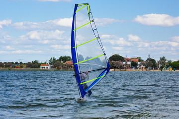 Windsurf, laguna de Villafranca de los Caballeros, España