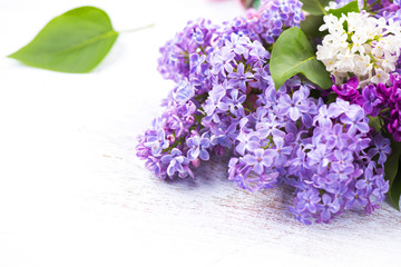 Fotoväggar - Lilac flowers bunch over white wooden background
