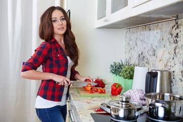 junge frau beim kochen in einer küche