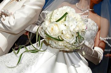 白バラの華やかなウェディングブーケ