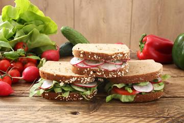 sandwich vegetariano con radici rosse