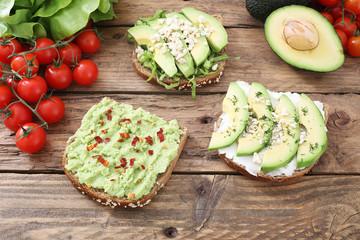 sandwich vegetariano con avocado sfondo legno
