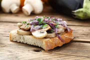 sandwich con funghi e cipolla tavolo legno